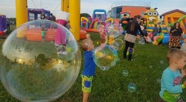 Burbuļu šovs atrakciju parkā!